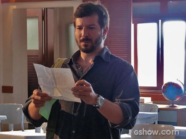 Virgílio lê a carta e fica animado (Foto: Malhação / TV Globo)
