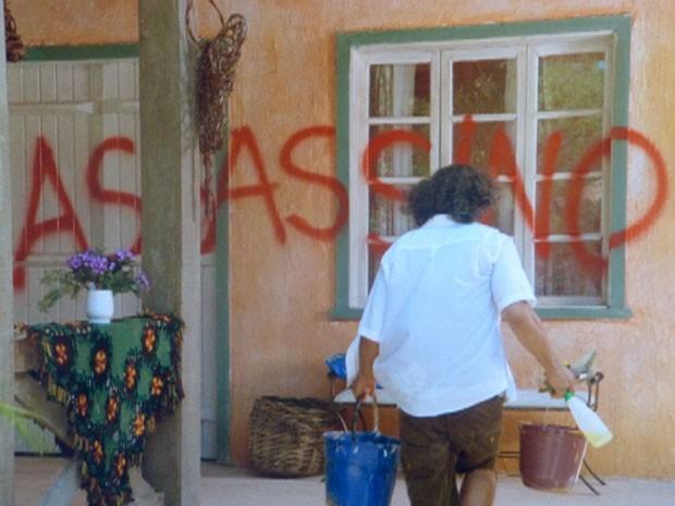 Donato encontra sua casa pichada (Foto: Flor do Caribe / TV Globo)