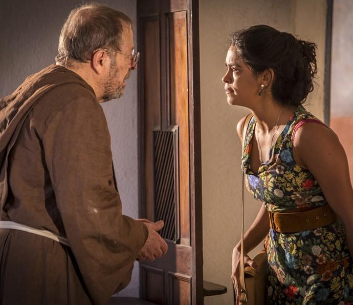 Luzia fala de sua aflição ao padre (Foto: Felipe Monteiro/ Gshow)