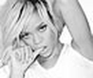 Rihanna dá apertão no próprio bumbum em fotos para Terry Richardson