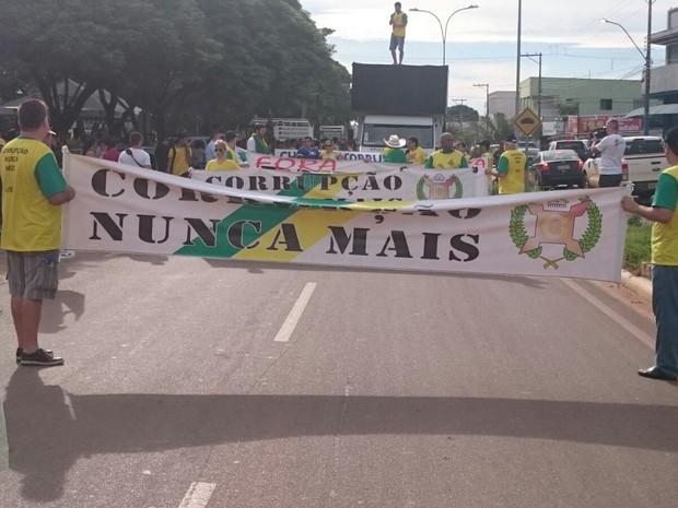 Protesto em Ariquemes começou por volta de 16h e já reúne 2 mil pessoa, segundo organizadores (Foto: Jeferson Carlos/ G1)