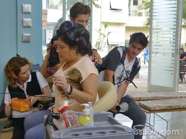 Junior tenta descobrir se tatuagem existe  (Foto: Malhação / TV Globo)