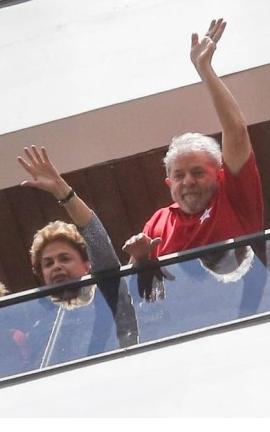 Dilma Rousseff e Lula na sacada do apartamento do ex-presidente, em São Bernardo do Campo, em 2016 (Foto: Pedro Kirilos / Agência O Globo)
