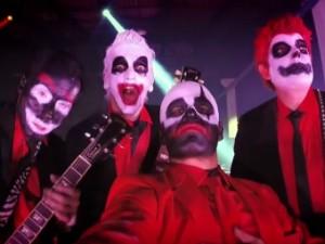 Banda abre shows atuais usando as máscaras do clipe 'Fardado' (Foto: Reprodução/Clipe Oficial)