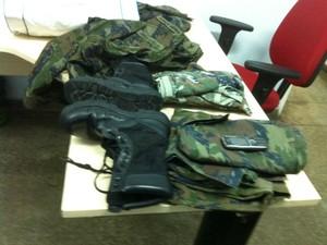 Roupas da Aeronáutica e celular do idoso apreendidos pela Polícia em posse do suspeito, em Manaus (Foto: Camila Henriques /G1 AM)