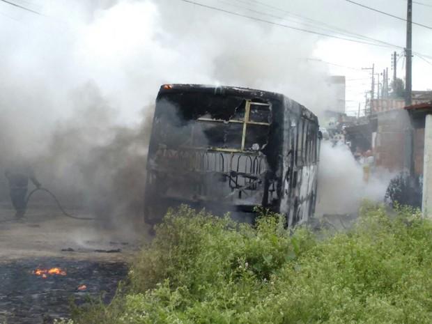 O ônibus foi incendiado no bairro da Ramadinha, em Campina Grande (Foto: Silas Batista / Arquivo Pessoal)