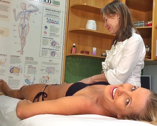 Juliana Valcézia faz drenagem linfática (Foto: Divulgação)