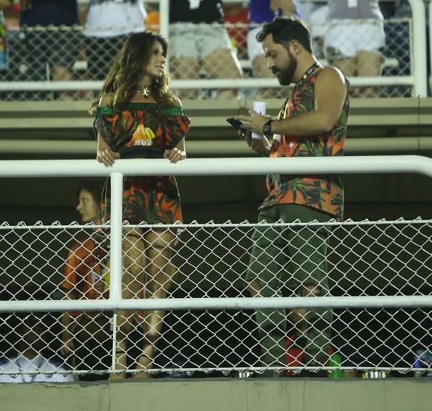 Paula Fernandes bate papo com moreno em camarote (Foto: Anderson Borde/ Agnews)
