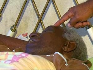 Silvio Oliveira aponta as marcas da agressão na cabeça de seu pai Benedito Oliveira (Foto: Felipe Lazarotto/EPTV)