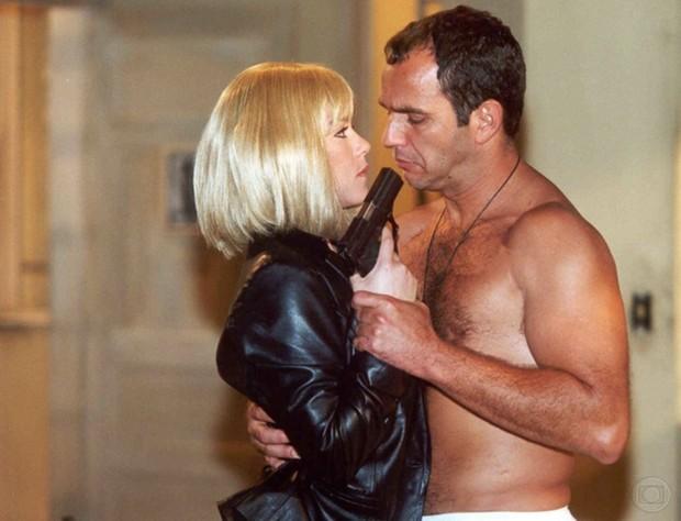 Humberto Martins descamisado com Viviane Pasmanter na novela Uga Uga (Foto: CEDOC)
