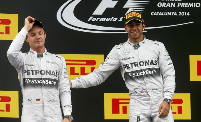 """Lewis Hamilton """"consola"""" Nico Rosberg no pódio do GP da Espanha (Foto: Reuters)"""