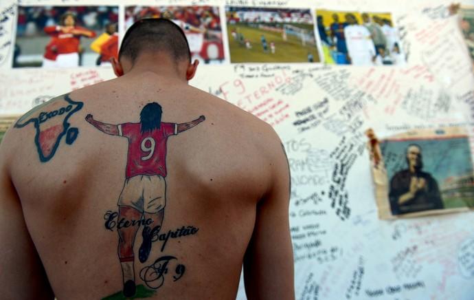 homenagem torcida do Internacional ao ex-jogador Fernandão (Foto: Edu Andrade / Agência Estado)