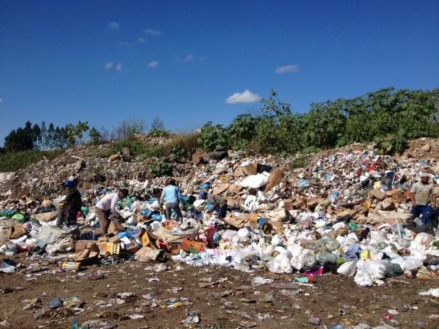 Cerca de 50 catadores ainda trabalhamo no lixão que será desativado (Foto: Jonatas Boni/G1)