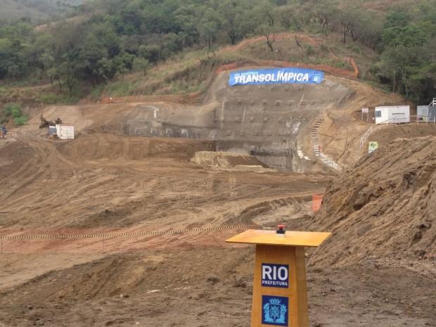 Rocha é detonada para a perfuração do túnel da Transolímpica (Foto: Renata Soares / G1)