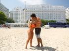 Mulher Melão dá primeiro beijo de 2015 em praia do Rio: 'Muito sortuda'