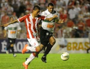 Kieza recebendo a marcação do zagueiro Pereira, do Coritiba (Foto: Aldo Carneiro / Pernambuco Press)