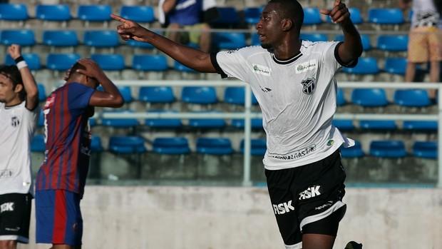 Régis comemora gol contra Tiradentes pelo Campeonato Cearense de 2012 (Foto: Kiko Silva/Agência Diário)