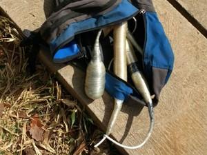 Mochila com artefatos explosivos encontrada em porta de fábrica em Sobradinho, no DF (Foto: Polícia Militar/Divulgação)