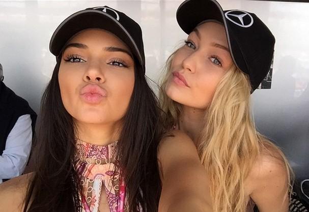 Kendall Jenner e Gigi Hadid (ok, é boné de Fórmula 1, mas não ficaram cool?!)  (Foto: Reprodução/ Instagram)
