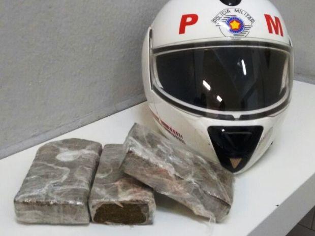 Polícia apreendeu cerca de 1kg de maconha em Santos (Foto: Divulgação/Polícia Militar)