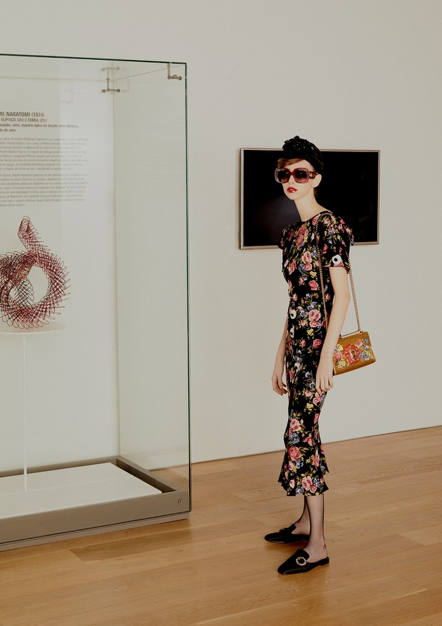 Vestido, R$ 11.900, bolsa, R$ 10 mil, e sapatos, R$ 2.800, tudo Dolce & Gabbana. Turbante, R$ 4.730, e óculos, ambos Gucci. Dentro do expositor, prisma elíptico Céu e Terra (2014), de Hajime Nakatomi (Foto: Rafael Pavarotti)