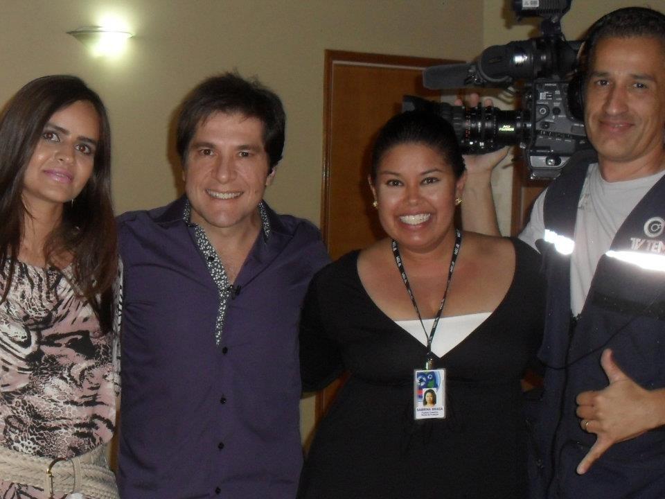 Cantor Daniel posa para a foto com a equipe da TV TEM (Foto: Produção / TV TEM)