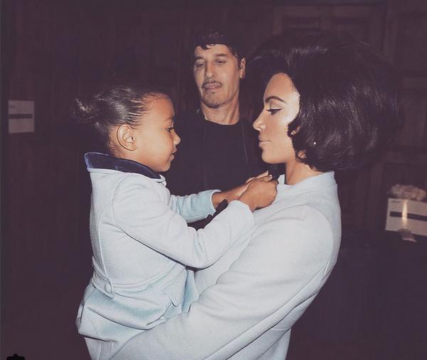 Kim Kardashian com a filha North nos bastidores de um ensaio inspirado em Jackie Kennedy (Foto: Instagram)