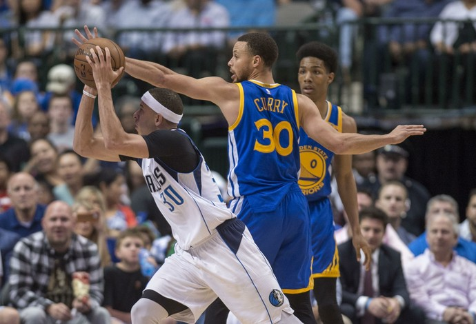 Os irmãos Stephen Curry, do Golden State Warriors, e Seth Curry, do Dallas Mavericks, se enfrentaram nesta terça (Foto: Reuters/Jerome Miron-USA TODAY Sports)