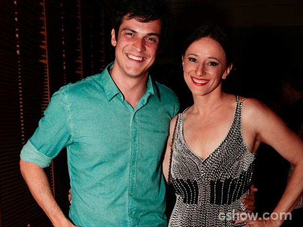 Mateus Solano chegou junto da esposa e companheira de cena Paula Braun (Foto: Pedro Curi/TV Globo)