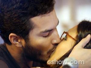 Matias 'rouba' beijo de Celina, mas leva uma bronca da morena (Foto: Além do Horizonte/TV Globo)