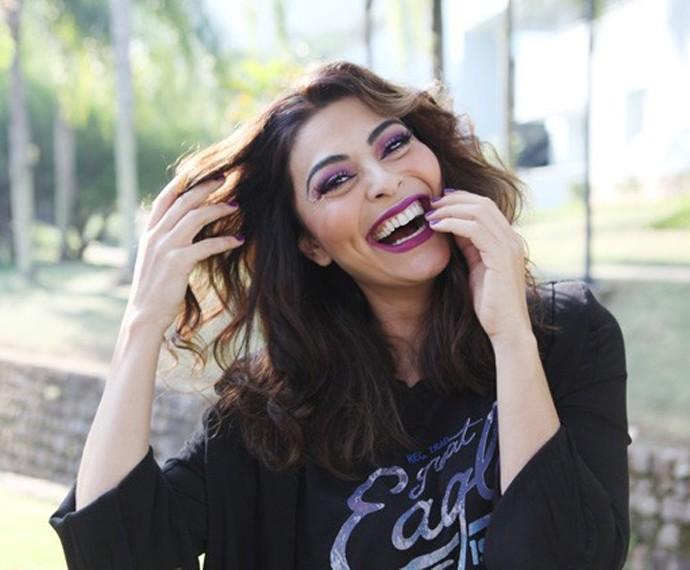 Juliana Paes exibe sorrisão em bastidor (Foto: Carol Caminha/Gshow)