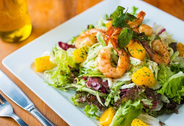 Dê um up na salada com mix de sabores. A aposta vai pro quarteto: folhas, manga, abobrinha e camarão