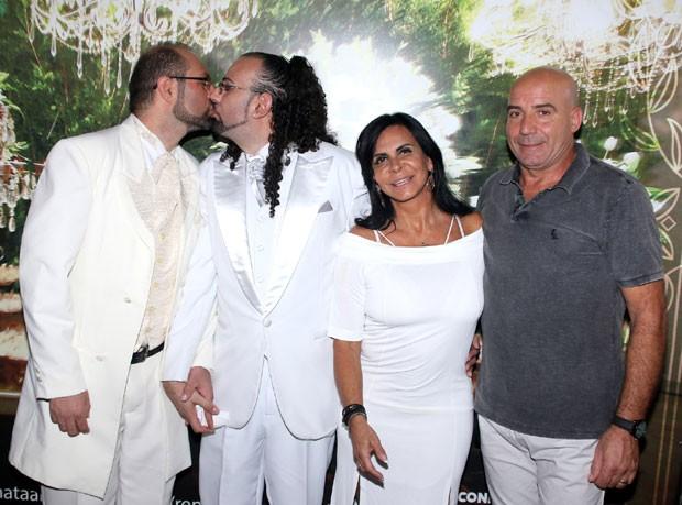 Gretchen com o marido, Carlos, e um dos casais de noivos (Foto: AgNews / Thiago Duran)