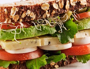 Sanduíche com pão integral alface tomate queijo e presunto (Foto: Getty Images)