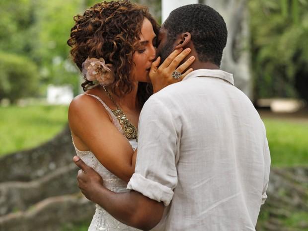 Um beijo apaixonado marca o reencontro de Isabel e Zé Maria (Foto: Lado a Lado/TV Globo)