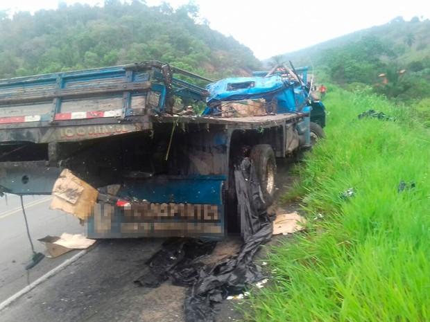 Veículo tombou na BR-101, no sul da Bahia, na madrugada desta quarta-feira (Foto: Divulgação/ PRF)