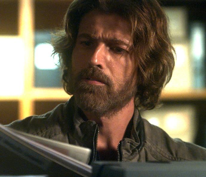 Pedro encontra documentos em sala secreta de Fausto (Foto: TV Globo)
