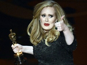 Adele vence o Oscar de Can&#231;&#227;o Original por 'Skyfall' (Foto:  Kevin Winter/Getty Images/AFP)