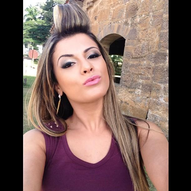 Babi Rossi posa de bobes no cabelo nos bastidores de ensaio (Foto: Instagram)