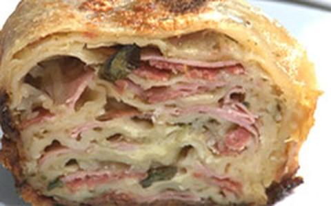 Pão recheado com calabresa, presunto, queijo e manjericão