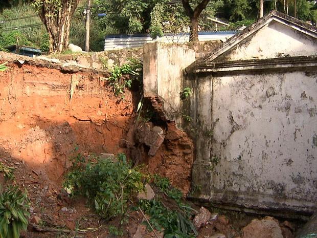 Deslizamento de terra atingiu muro de fonte perto da Concha (Foto: Imagem/TV Bahia)