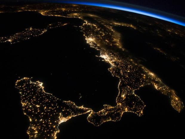G1 foto da nasa mostra noite na it lia vista do espa o for Mostra nasa