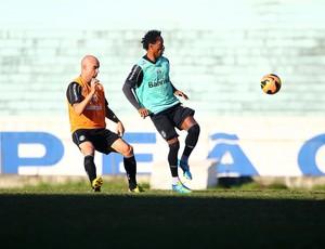 Zé Roberto disputa lance com Cris em treino do Grêmio (Foto: Lucas Uebel/Grêmio FBPA)