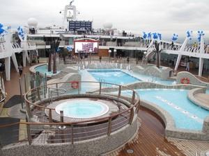 Embarcação tem uma área externa de decks e piscinas, localizada no 14º andar (Foto: Mariane Rossi/G1)