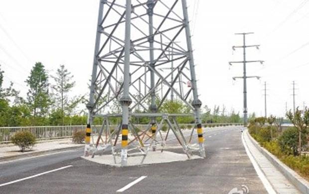 Estrada em Zhengzhou, na China, foi construída sem levar em consideração duas torres de transmissão de energia, que estavam instaladas desde 2007 (Foto: Reprodução/Weibo/21cbh)
