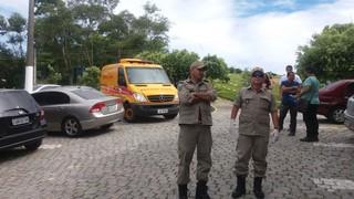 Defesa civil posicionada aguardando delegada (Foto: EGO)