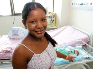 Josuele Menezes de 16 anos é a mãe do bebê Isaías. (Foto: Divulgação/Agência Pará)