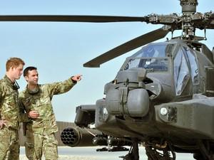 O príncipe britânico Harry, terceiro na linha de sucessão do trono, voltou nesta sexta-feira (7) ao front do Afeganistão para uma missão de quatro meses como copiloto de um helicóptero de combate. (Foto: JOHN STILLWELL/AFP)