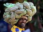 Vendedor parece usar 'chapéu mexicano' ao carregar amendoim