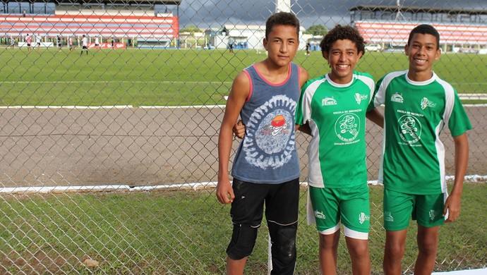 """Alunos do projeto """"Bom de bola, bom na escola"""" (Foto: Larissa Vieira)"""